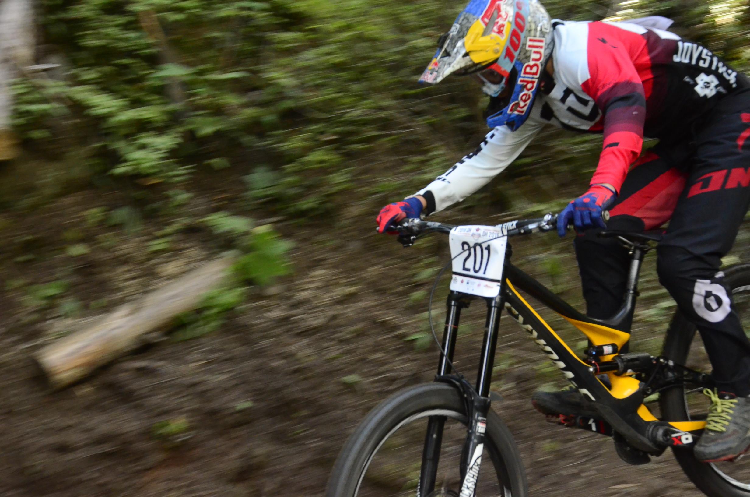 Finn Iles flies down the course en route to capturing the Junior Expert Men's title. - Photo Jamie Shinkewski